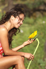 Una letra en tu mejilla... (Miguel (Ache)) Tags: cute beauty soft dress linda sunflower bella caca tones vestido girasol dulce softtones