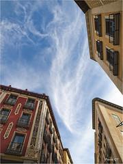 Mirando el cielo de Madrid (Paco CT) Tags: madrid sky urban spain cityscape cielo urbano esp posada urbanscape 2010 contrapicado paisajeurbano pacoct