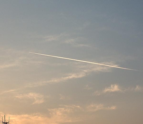 朝の飛行機雲