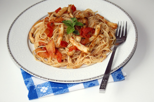 Spaghetti with squid and tomatoes