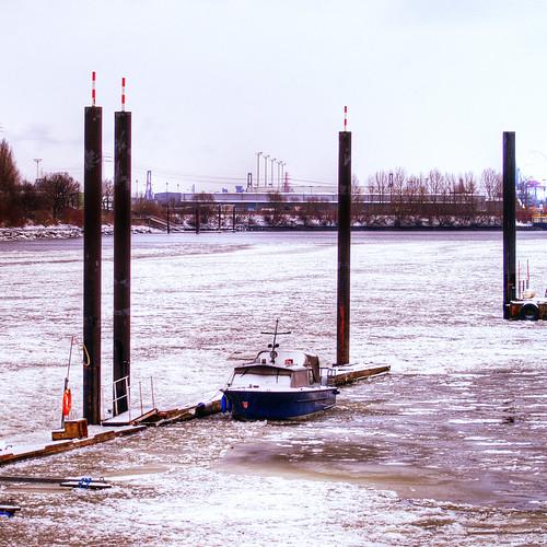 Boot und Stelen