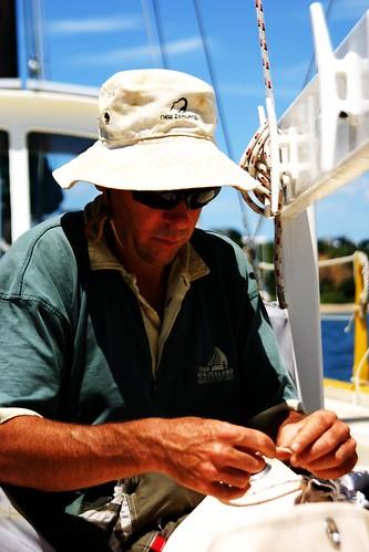 Bernie beim Segel naehen