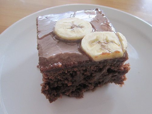 Cocoa cake with banana topping