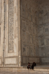 Taj Mahal ( ) : Pause (jf garbez) Tags: voyage travel people india nikon asia indian tajmahal agra unesco mausoleum asie nikkor indien personnes gens inde nationalgeographic uttarpradesh indienne 18200mm mausole unescoworldheritagesites habitant d80 nikond80 bhratganarjya  patrimoinemondialdelunesco    btimentsreligieux nikonpassion nikonflickraward nikkor1802000mmf3556 gr religiousedifice mygearandme mygearandmepremium mygearandmebronze ringexcellence lpmarble