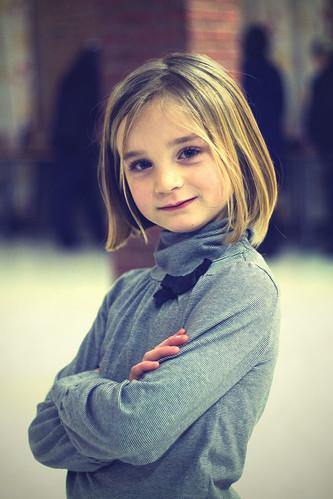 フリー画像| 人物写真| 子供ポートレイト| 外国の子供| 少女/女の子| 腕組み|      フリー素材|