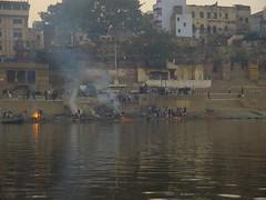 cremación de cadáveres a orillas del Ganges