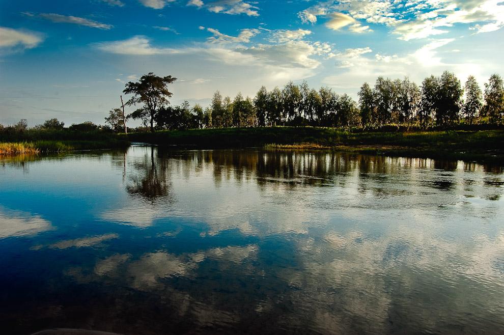 Reflejos del cielo creados por las transparentes aguas de un arroyo cristalino, cuyo origen esta cerca de las dunas de la zona de Río Verde. (San Pedro, Paraguay - Elton Núñez)