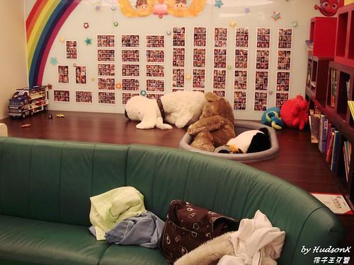 布娃娃遊戲區與書櫃