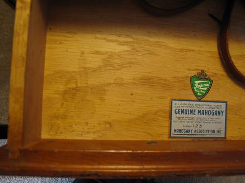 你拍攝的 A pair of Antique Mahogany end tables, $180 for the pair.。