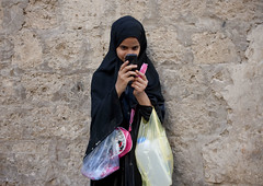 Can i take your picture mister? Saudi Arabia (Eric Lafforgue) Tags: girl mobile photo veiled picture arabia saudiarabia ksa takingpicture saudiarabien arabie 2827 arabiasaudita kingdomofsaudiarabia  arabiesaoudite   suudiarabistan arabsaudi   saoediarabi arabiasaudyjska