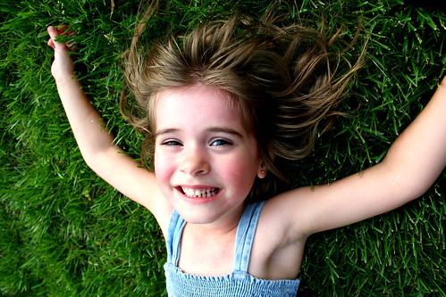 フリー写真素材, 人物, 子供, 少女・女の子, 寝転ぶ,