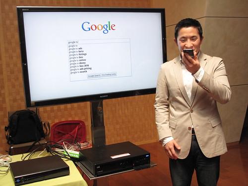 以手機語音搜尋操作Google TV- by 數位時代