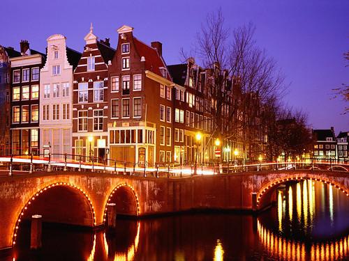Visita Amsterdam, cuidad de canales, cultura y diversión.