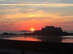Sunset - 3 (schreibtnix on 'n off) Tags: reisen travelling europa europe frankreich france bretagne brittany breizh saintmalo strand beach horizont horizon gegenlicht backlight sonnenuntergang sunset appleiphone6plus schreibtnix