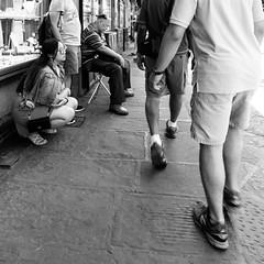 20i0617 (photo & life) Tags: italia italie europe jfl photography photolife™ fujifilm fujinon fujifilmxpro2 fujinonxf14mmf28r ville city street streetphotography florence firenze toscane humanistphotography squareformat squarephotography blackandwhite noiretblanc
