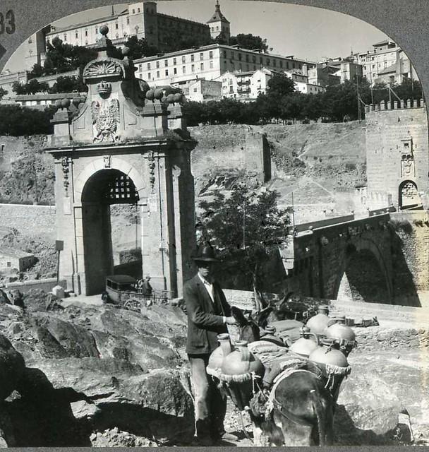 Puente de Alcántara de Toledo a inicios del siglo XX. Fotografía estereoscópica (detalle) de la casa Keystone. Fotografía tomada por George Lewis el 13 de agosto de 1931