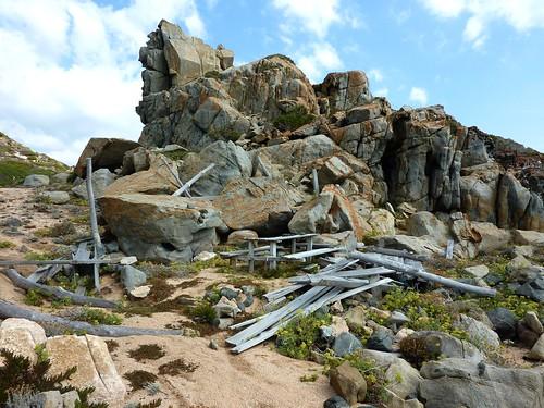 Capu Neru : le rocher proéminent et la paillotte