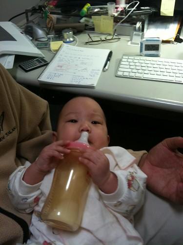 開始會握奶瓶了