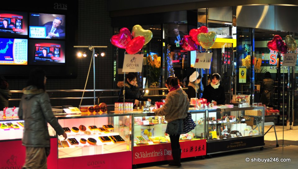Back in Shinagawa there were not some many crowds buying chocolates, but the brand names were still on display.