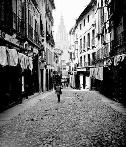 Calle Ancha en septiembre de 1907. Fotografía de Petit. Société Française d'Archéologie et Ministère de la Culture (France), Médiathèque de l'architecture et du patrimoine (archives photographiques) diffusion RMN