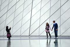 Paris romantique (R e d o x) Tags: street paris nikon couple louvre reflet pyramide ligne musedulouvre 70210mm romantique d700