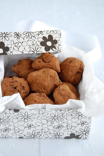 Chocolate, pistachio and orange-blossom truffles / Trufas de chocolate amargo, pistache e água de flor de laranjeira