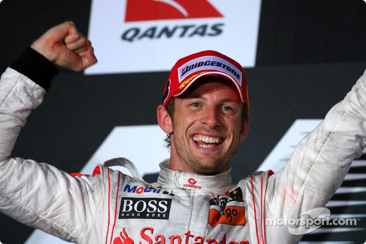 Jenson Button feliz tras su triunfo en el GP de Australia 2010.