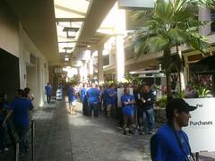 IPad line at Apple store in Ala Moana Shopping ctr