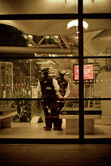 Siamase cops lovin' (The French One) Tags: london love tourism loving night cops police cop londres
