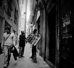 Libero mercato (Fr@ntic) Tags: light shadow bw ombra bn luce biancoenero vicoli d90