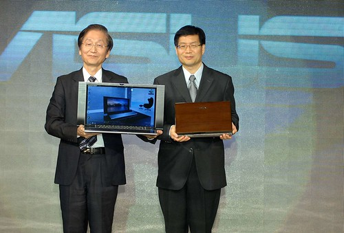 (左至右)華碩電腦董事長施崇棠與執行長沈振來,宣佈ASUS NX系列與U Bamboo系列上市