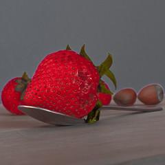 des fraises  la cuillre (TheThibaud) Tags: fruit studio rouge fraise cuillre noisette