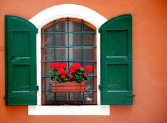 ReSpiRaNdOti... (Claudia Gaiotto) Tags: flowers windows red italy orange green colors reflections lucca tuscany gerani montematanna rifugiocomunitmontana