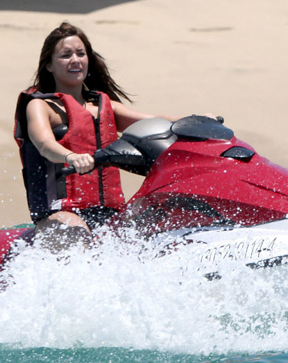 EXCLUSIVE_ Demi Lovato and her family enjoy the sun in Mexico