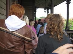 Ron et Hermione dans la file