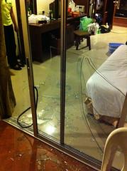 ตีสามนิดๆ แขกชนประตูกระจกแตก กระจายเต็มห้อง แขกโดนกระจกบาดมือ ยาวประมาณ 7 ซม. แต่ไม่ยอมไปโรงพยาบาล