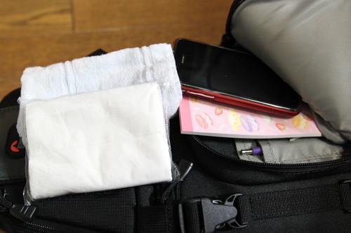 タオル、ティッシュ、iPhone、メモ帳、ボールペン
