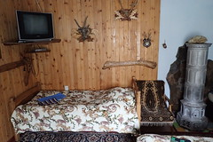 Chambre d'hôtes (8pl) Tags: chambre ukraine vyshka guesthouse lit linge serviette mur télévision chaise tapis poêle chauffage animauxempaillés décoration murdécoré vacances