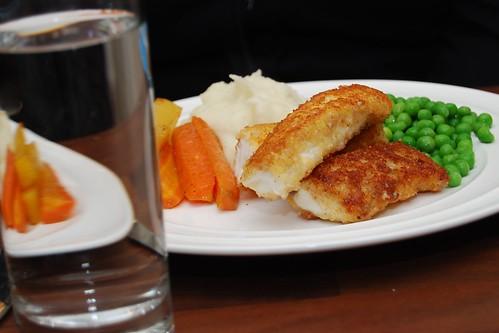 Fiskpinnar med ärtor, ugnsrotsaker och potatismos, portion