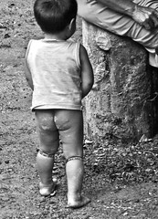 Little heir (J.Cheng) Tags: bw love feet nature brasil children hope child amor natureza mother grow ground pb bn crop future xingu criana care brasileiro matogrosso motherearth nato nativo novagerao descendencia herana kuikuro altoxingu
