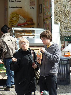 paul et Lala mangent des frites ....jpg