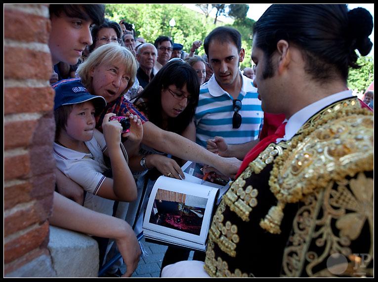 """Morante firma """"Un día en Las Ventas"""""""