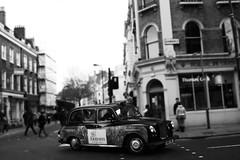 Un Piccolo Taxi.. (Gianni..) Tags: bw london taxi transport tilt bianco londra nero 55250mm fotografinewitaliangeneration eos1000d