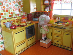 Tani Su, a good helper! (Retro Mama69) Tags: kitchen vintage retro retrotoy yellowandorange roombox 1970s toydiorama flowerpowerkitchen tintoykitchen