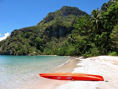 Kayaking to Cadlao Island near El Nido
