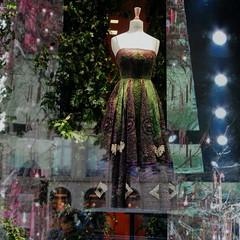 2 heures à flâner dans Paris V : un rêve de cadeau pour Mae... :). (stephane.desire) Tags: mae maelia robe unefolie autoportrait avenuemontaigne cadeau rêve hommage dédicace parisviii