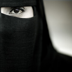 Samira, veiled woman from Salalah, Oman (Eric Lafforgue) Tags: woman canon square eyes veiled close femme muslim islam yeux arabia arabian niqab oman burqa regard omn 8260 burka salalah  omani dhofar  lafforgue nijab  om  omo umman  omaan     omna omanas umn