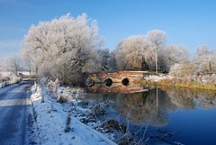 Toppesfield Bridge, Hadleigh, Suffolk. (ho_hokus) Tags: uk bridge winter england snow reflection river suffolk frost unitedkingdom hadleigh 2009 14thcentury nikond80 riverbrett toppesfieldbridge
