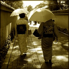 Japanese Walk (CMC Cardoso) Tags: life woman white black japan sepia umbrella canon square photo shot femme best japon vie reportage japao ombrelle blackwhitephotos 450d abigfave simplyyourbestphoto