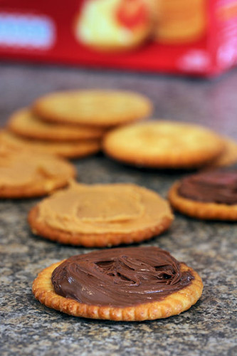 Ritz crackers with Nutella and peanut butter 7543 R